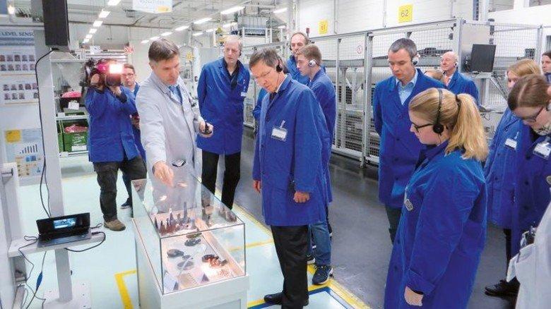 Hoher Besuch: Bremens Bürgermeister Carsten Sieling (Mitte) im Hella-Werk. Foto: Werk
