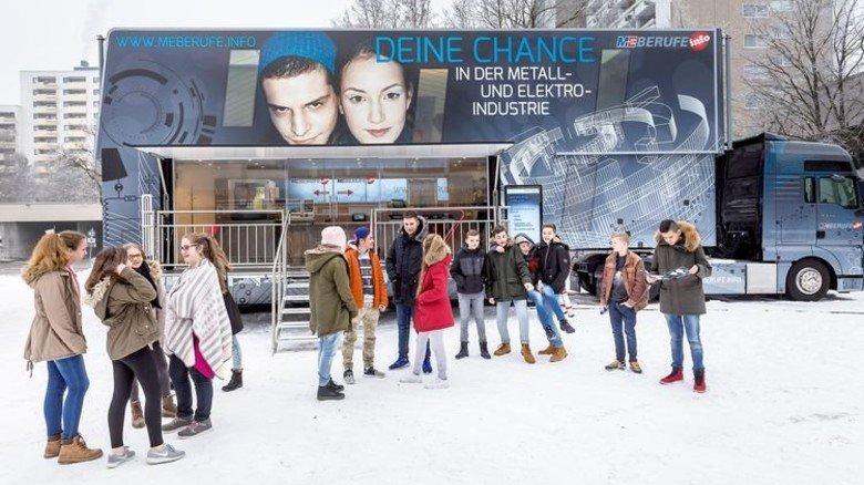 Erster Einsatz in München: Realschüler vor dem neuen InfoTruck. Foto: Schulz