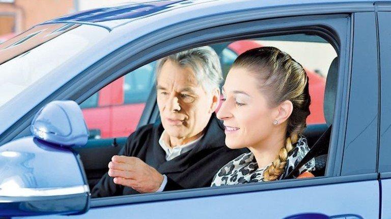 Erst blinken, dann ausparken: Am praktischen Unterricht sollte man nicht sparen. Foto: Fotolia