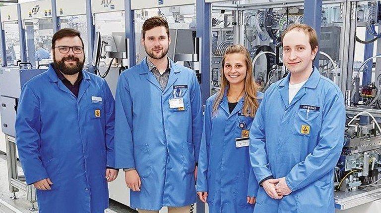 Gefragter Fachmann: Florian Meierhofer (Zweiter von links) hat ein Händchen für Automatisierungstechnik. Er arbeitet im Team mit Daniel Jackschik, Tina Frimberger und Dominik Bittner (von links).