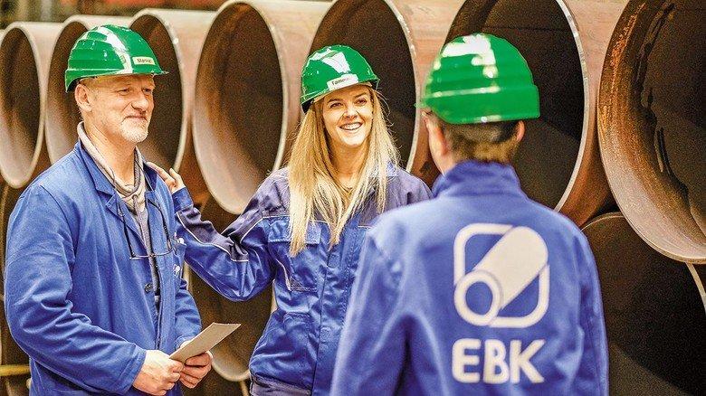 Im Job: Silke Tammert ist Projektleiterin bei dem Siegerländer Rohrproduzenten Eisenbau Krämer, hier mit Qualitätsprüfer Carsten Mankel und Marketingmanagerin Claudia Stötzel.