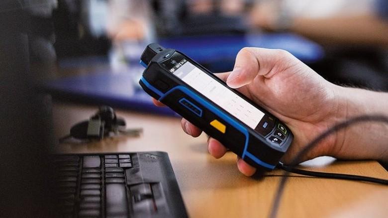Smartes Tool: Das Handmodul zeigt die Daten des Messgeräts an. Foto: Dräger