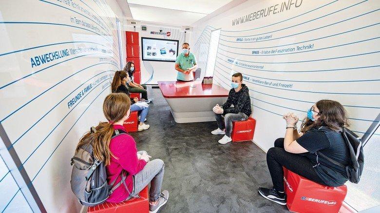 Interessiert: Info-Truck-BetreuerJörg Schneider (stehend)  informiert eine kleine Gruppe Landshuter Schüler über die Chancen und Möglichkeiten in der Metall- und Elektroindustrie.