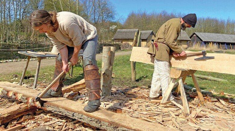 Freiluft-Werkstatt: Handwerker beim Bau eines mittelalterlichen Fischerbootes.