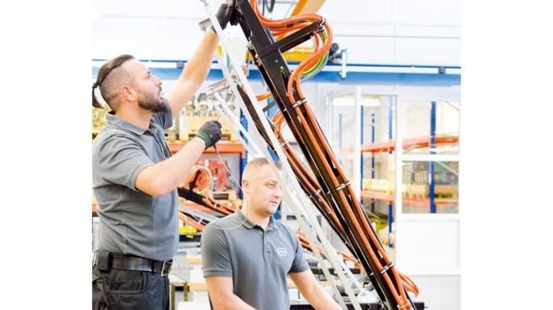 In der Produktion: Schunk-Mitarbeiter bei der Montage eines Stromabnehmers. Foto: Scheffler