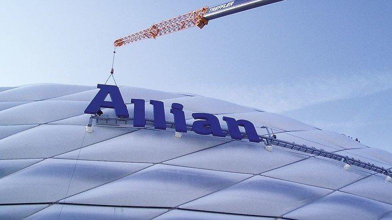 Riesig: Montage des Namenszugs an Münchens Allianz-Arena. Foto: Werk