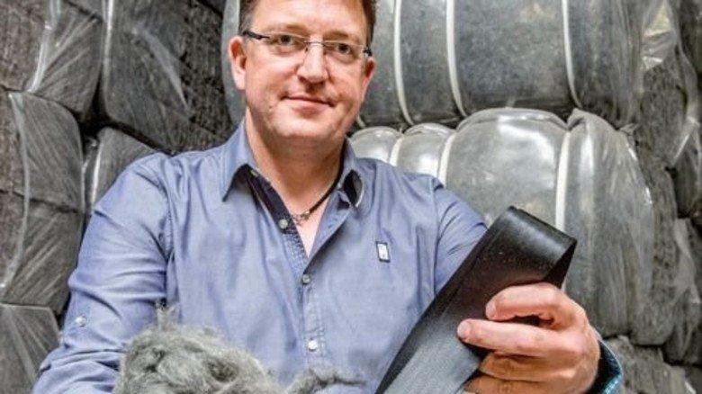 Vorher und nachher: Karsten Stienemann mit Gurtresten und neu entstandener Faser. Foto: Roth