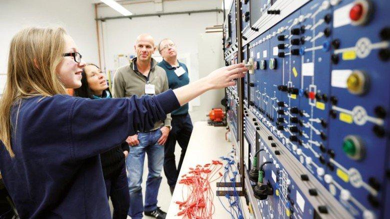 Austausch: Pädagogen und Fachkräfte bei ThyssenKrupp System Engineering in Bremen. Foto: Alexander Spiering