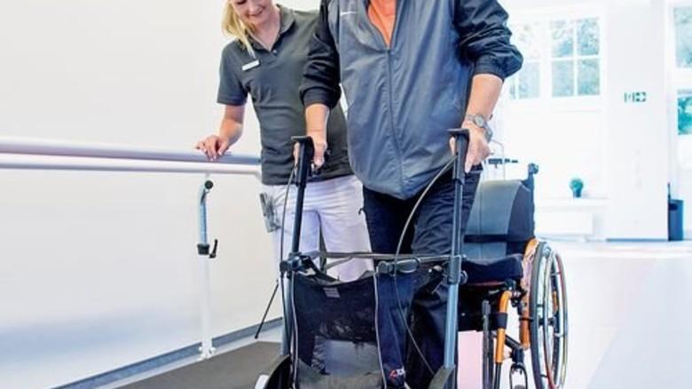 Beim Standardtest: Mit dem Rollator geht Hannes zehn Meter in 20 Sekunden. Foto: Straßmeier