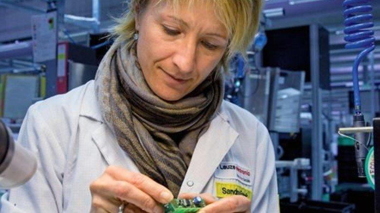 Feinarbeit: Montagefachkraft Sandra Frank arbeitet an einem Sensor. Fotos: Eppler