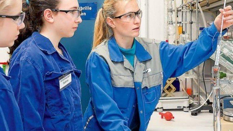 Interessant: Junge Frauen sehen sich bei Wacker im Labor um. Foto: Werk