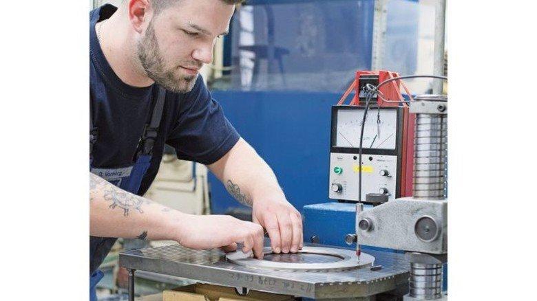 Scharfe Sachen: Dennis Vorberg bei der Kontrolle von Messern. Foto: Moll