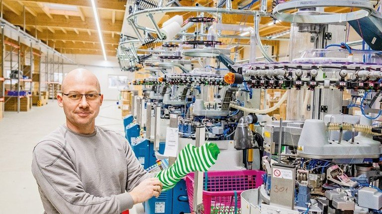 Moderner Maschinenpark: Dietmar Dirks in der neuen Produktionshalle. Foto: Roth