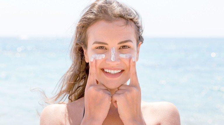 Vor Sonne schützen: UVA-Strahlung lässt die Haut vorzeitig altern.