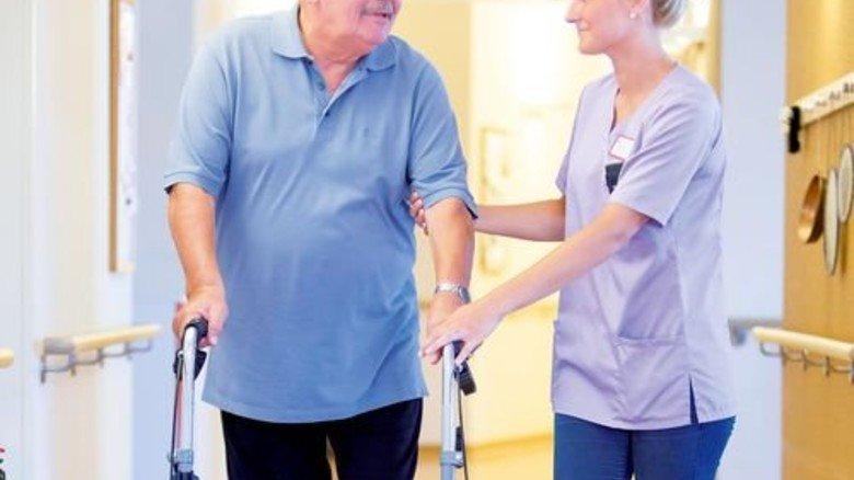 Altenpflege: Freie Stellen bleiben schon heute monatelang vakant. Foto: Mauritius
