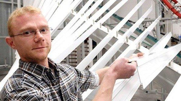 Bewährte Kraft: Julius Endres kümmert sich um Profile für Sonnenschutzsysteme. Foto: Scheffler