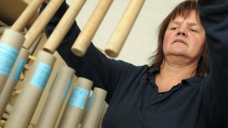 … Eva Heubaum verfüllt Schwarzpulver … Foto: Wirtz