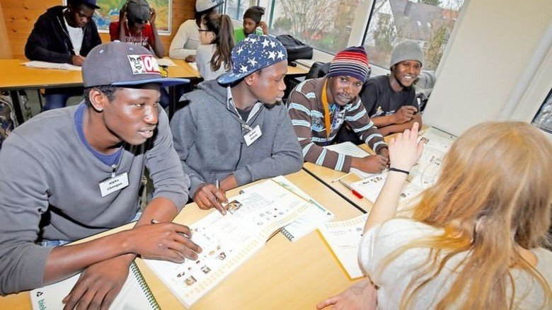 Sie lernen Deutsch: Viele Flüchtlinge absolvieren jetzt Eingliederungskurse oder gehen zur Schule. Foto: dpa