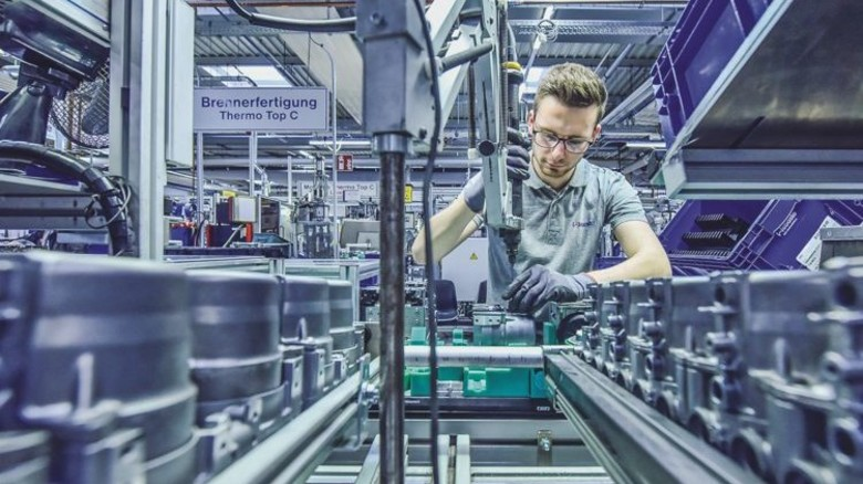 Rund 800 Varianten gibt es: Einige Heizungen, die Mitarbeiter wie Hannes Lehmann anfertigen, kommen in Jachten zum Einsatz. Foto: Christian Augustin