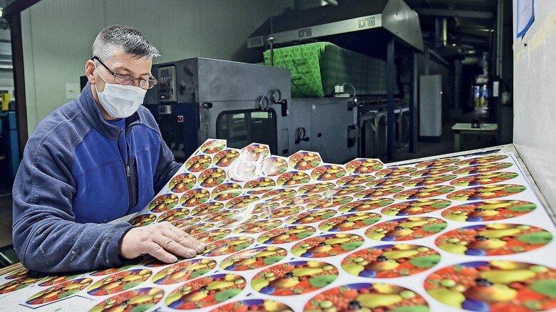 Farbkontrolle: Die bedruckten Blechtafeln werden regelmäßig in Augenschein genommen.