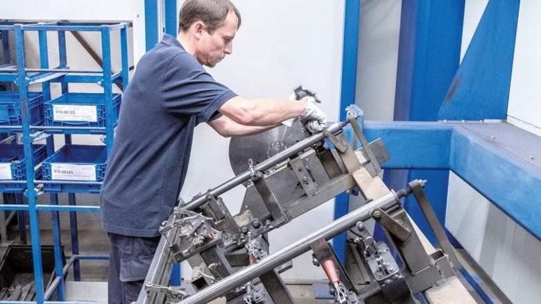 Qualitätscheck bei der Firma Bock: Schweißer Jakob Klein entnimmt die fertigen Teile und prüft die Nähte. Foto: Roth
