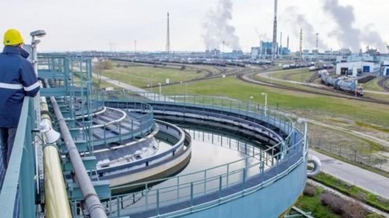 Taktgeber für die Zukunft: Blick vom Klärwerk auf den südlichen Teil des Chemieparks Leuna. Foto: dpa