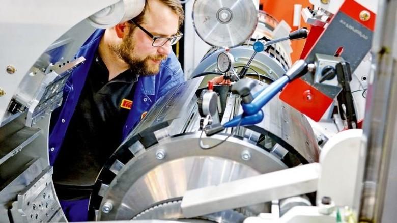 Neugier: Instandhalter Dirk Fischbach macht sich mit der neuen Maschine vertraut. Foto: Scheffler