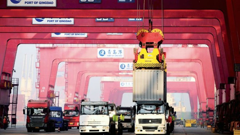 Containerhafen im chinesischen Qingdao: 60Prozent von dem, was Bayerns Metall- und Elektroindustrie produziert, geht in den Export. Foto: imago