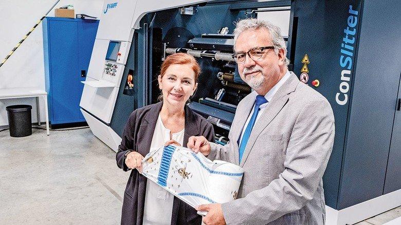 Mit Windel-Folie: Vertriebsleiter Michael Strathmann und Kollegin Gudrun Mattig.