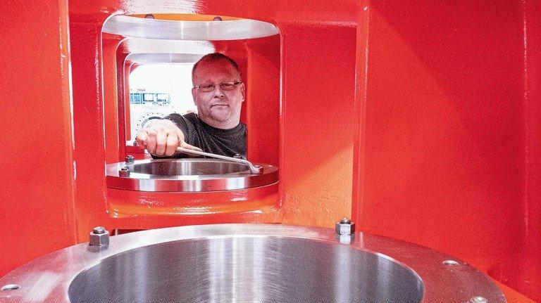 Erinnert an eine Astronautenkapsel: Dieses Gehäuse ist Teil eines großen Kompressors von Neuman & Esser, an dem Jörg Aretz Lagerschalen für die Kurbelwelle anpasst.