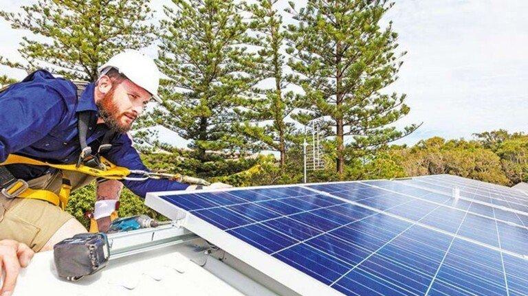 Frisch installiert: Solaranlage auf dem Dach eines Mehrfamilienhauses.