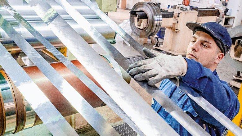 Hauchdünn, aber super stabil: Rocco Brancato kontrolliert bei MK Metallfoilen den präzisen Schnitt der Folie. Foto: Roth