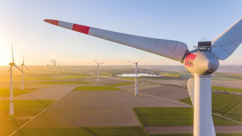 Robuste Rotorblätter: Speziell geformte Faserverbundwerkstoffe aus Carbon- oder Glasfaser geben ihnen Stabilität, um gegen die Kraft des Windes zu bestehen.