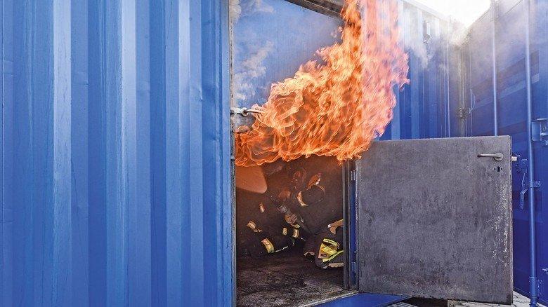 Heiße Verhältnisse: Ein Blick durch die seitliche Tür der Realbrandausbildungsanlage.