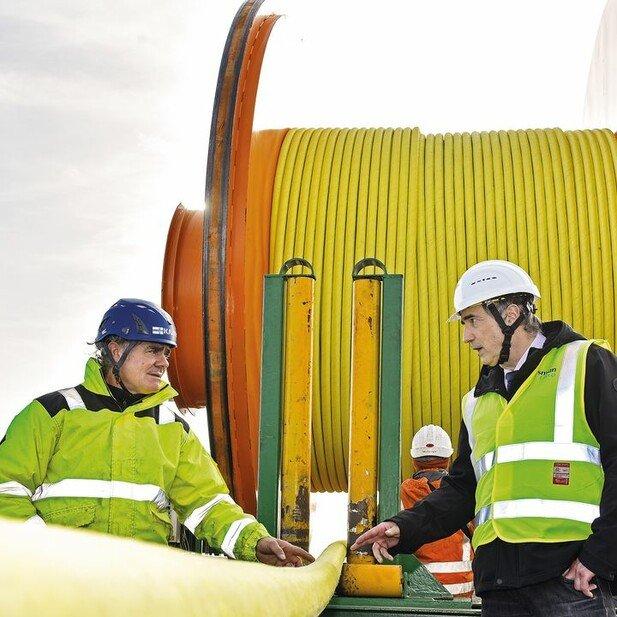 Kontrolle: Oliver Marrek (rechts) begutachtet mit einem Kollegen ein Kabel, das nach Vietnam verschifft werden soll.
