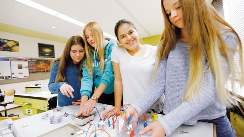 Elektrotechnik: Am Girls' Day können Mädchen in die Praxis eintauchen. Foto: MINT-Schule, A. Spiering