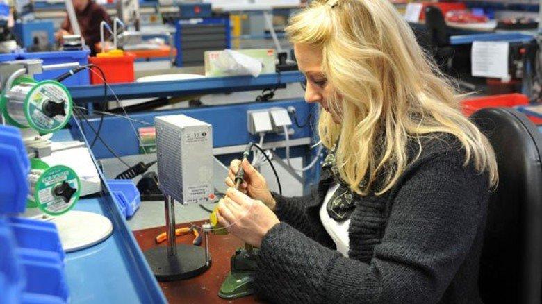 Kabel-Konfektion: Marion Siemer-Timmermann lötet Stecker an ein Spezialkabel, das in der Medizintechnik verwendet wird. Foto: Bahlo