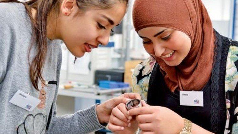 Neugierig: Die Schülerinnen Madina Sarwari und Ilham Dahmi (rechts). Foto: Scheffler