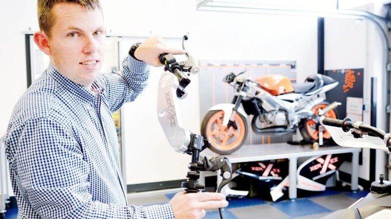 Motorrad-Fan: Marc Hacker zeigt selbst konstruierte Motorradteile. Foto: Scheffler