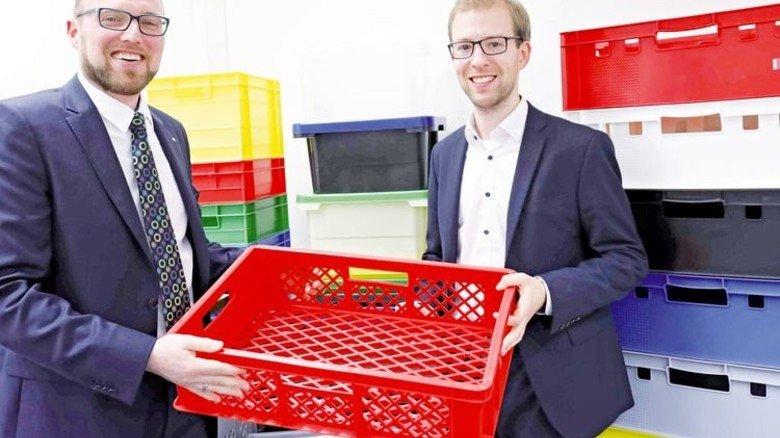 Von Bäckern gern genutzt: Prokurist Meik Philipsen und Berater Christian Wagener mit Produkt der Firma. Foto: Schaarschmidt