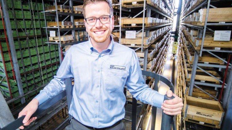 Fabian Lindemann im Logistikzentrum von Stauff: Er ist Herr über 55800 Behälter- und 10348 Palettenplätze. Foto: Moll