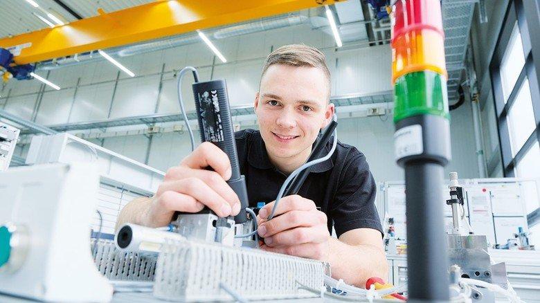 Jeder Handgriff muss sitzen: Franz Radestock beim Durchmessen der Elektrik.