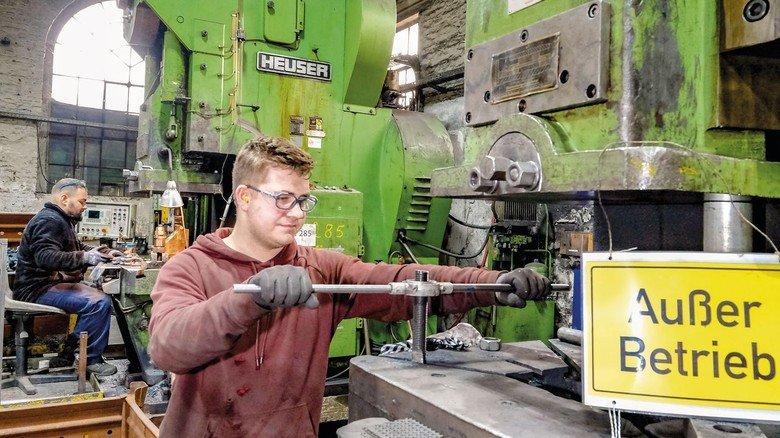 Bei der Reparatur: Marcel Becker genießt es, vieles selbstständig machen zu können. Dass es in der Schmiede etwas rauer zugeht, stört ihn nicht.