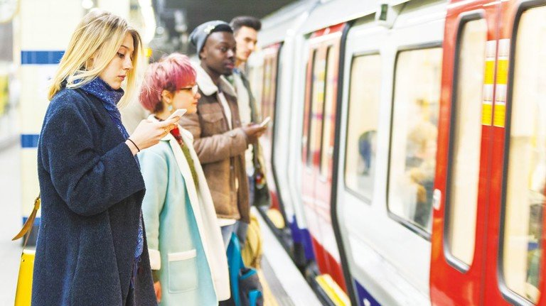 Warten auf die Bahn: Pendler brauchen Geduld – ob auf der Schiene oder Straße