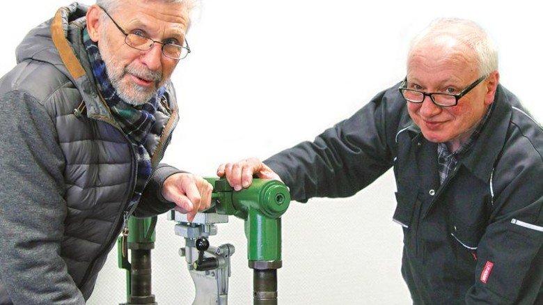 Alte Hasen: Burkhard Haberland (links) und sein Kollege Wilfried Lüssen arbeiten seit 50 Jahren für Desma. Foto: GuS