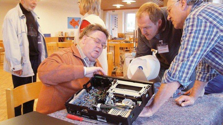 """""""Geht nicht"""" gibt's hier nicht: Rainer Grendel (Zweiter von rechts) mit Mitstreitern im Reparatur-Café. Foto: privat"""