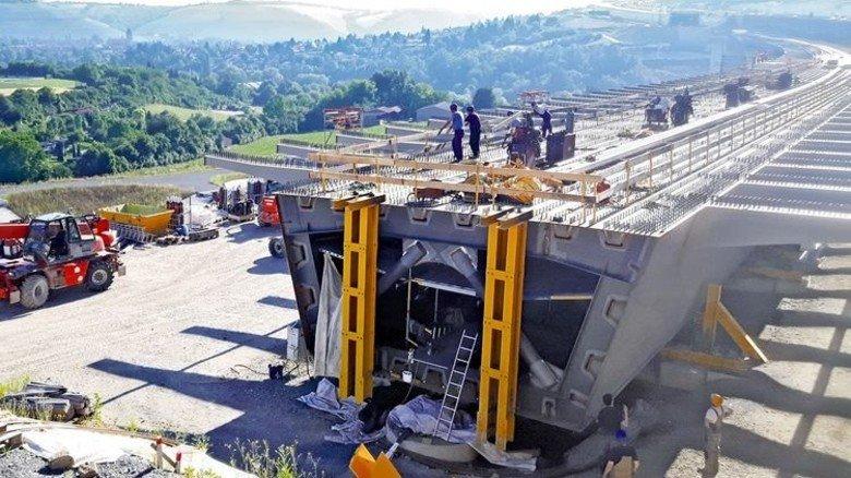 Brückenbau an der A3 bei Heidingsfeld: Die großen Stahltröge werden Stück für Stück verschweißt. Foto: Werk