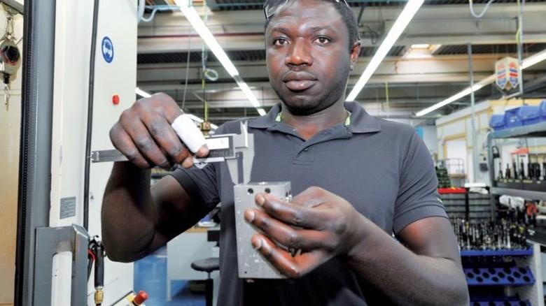 Im Glück: Joe Fatty aus Gambia lernt den Beruf des Maschinen- und Anlagenführers. Foto: Sigwart