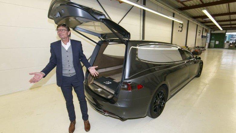 Weltneuheit: Ein Tesla, von Binz zum Bestattungswagen umgebaut. Foto: Mierendorf