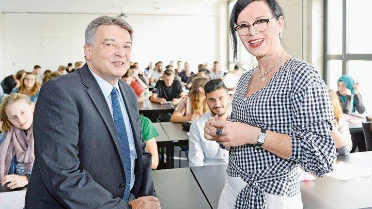 Führungs-Duo: Thomas Döring und Anke Hollkott vor einer Klasse des ersten Jahrgangs. Foto: AKTIV